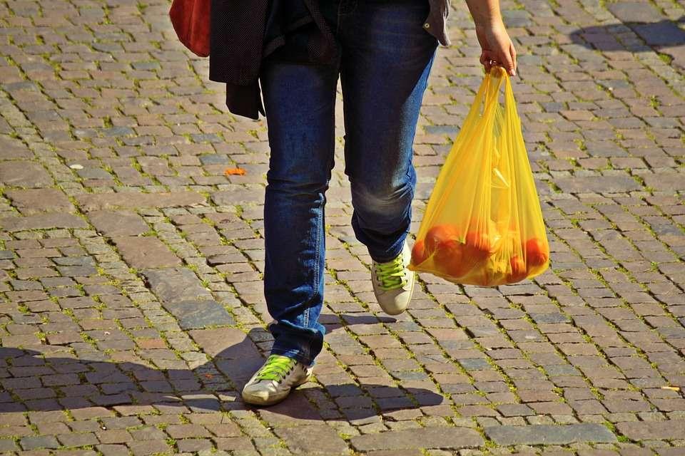 A partir de l'1 de juliol els comerciants hauran de cobrar les bosses de plàstic als seus clients