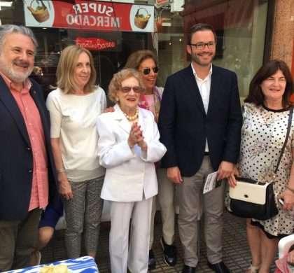 Los comerciantes de Geranisrinden homenaje a la centenaria Catalina Gayà