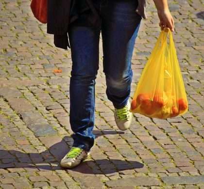 A partir del 1 de julio los comerciantes deberán cobrar las bolsas de plástico a sus clientes