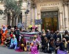 UN CENTENAR DE PERSONES ES MANIFESTEN A PALMA CONTRA EL TANCAMENT DELS PARCS INFANTILS