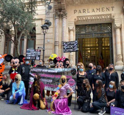 UN CENTENAR DE PERSONAS SE MANIFIESTAN EN PALMA CONTRA EL CIERRE DE LOS PARQUES INFANTILES