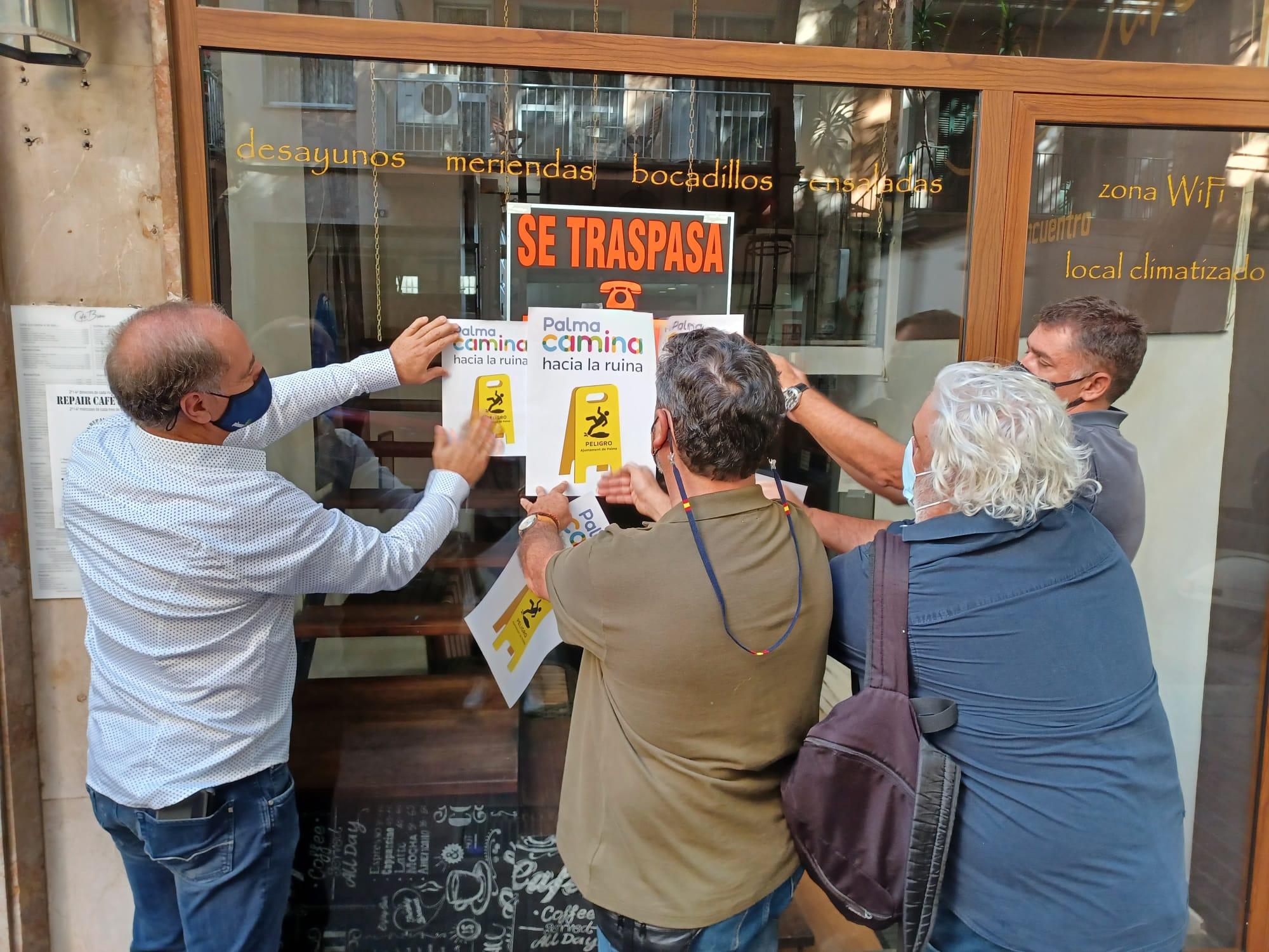 Palma, empaperada de cartells reivindicatius en contra de la política de mobilitat de l'Ajuntament